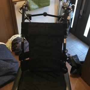 リクライニング・ティルト機能付き折りたためる車椅子