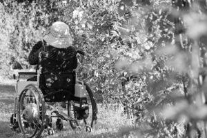 車椅子を押す姿のイメージ画像