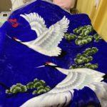 鶴と松の絵柄が入った毛布